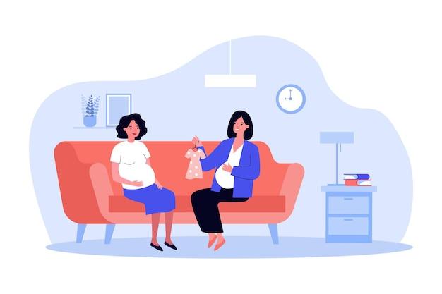 임신한 친구에게 아기 드레스를 보여주는 미래의 어머니. 집 플랫 벡터 삽화에서 배가 있는 여성 캐릭터가 소파에 앉아 있습니다. 임신, 웹 사이트 디자인 또는 방문 웹 페이지를 위한 의류 개념