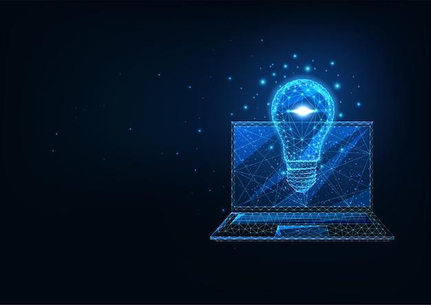 紺色の背景に輝く低多角形のラップトップと電球を備えた未来的な創造的なビジネスアイデアのコンセプト。モダンなワイヤーフレームメッシュデザイン
