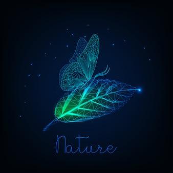 Футуристическая светящаяся низкая поли бабочка сидит на зеленых листьев.