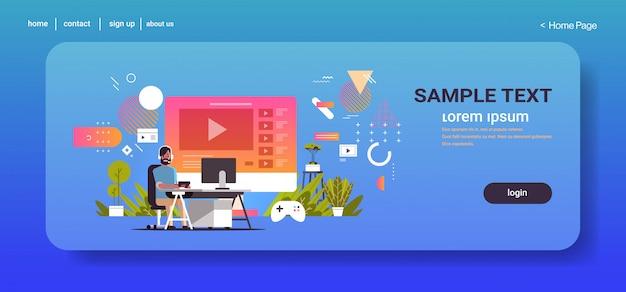라이브 온라인 비디오 게임 블로깅 개념 스트리밍 블로거 게임 프로세스 전체 길이 가로 복사 공간을 스트리밍하는 헤드폰의 게이머 블로거