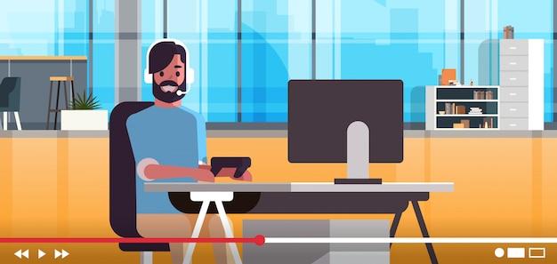 Блоггер геймера в наушниках, транслирующих онлайн видео-концепцию блогов