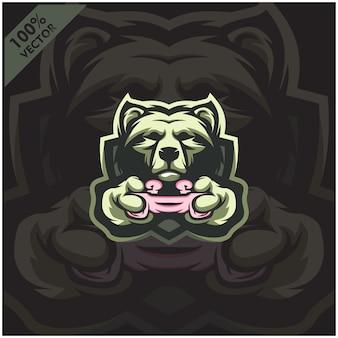 Медведь gamer держит игровую консоль джойстик. дизайн логотипа талисмана для команды киберспорта.
