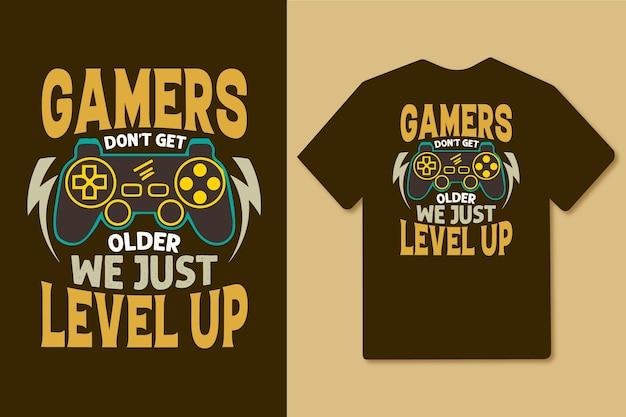 게이머는 나이를 먹지 않고 빈티지 게임 조이스틱 티셔츠 디자인을 레벨업합니다.