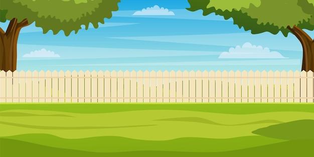 Сад на заднем дворе с деревянным забором, изгородь, зеленые деревья и кусты, трава