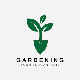 シャベルアイコンと緑の葉のロゴテンプレートとツリーのガーデニングのロゴ。