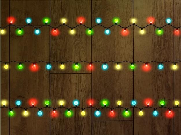 クリスマスライトで輝く花輪。お祭りの装飾要素。花輪はマルチカラーです。孤立。