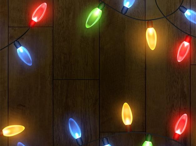 クリスマスライトで輝く花輪。お祭りの装飾要素。花輪はマルチカラーです。
