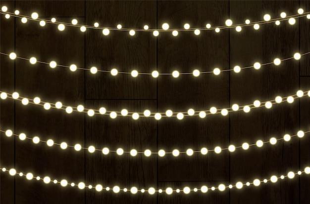 クリスマスライトで輝く花輪。お祭りの装飾要素。