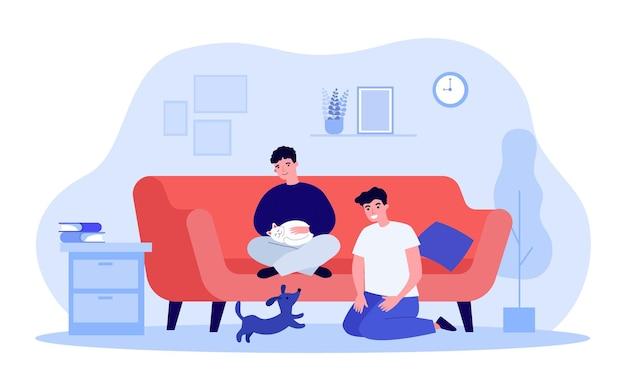 귀여운 고양이와 강아지가 있는 거실에 앉아 있는 게이 커플. 소파에 고양이를 안고 있는 남자, 평평한 벡터 삽화에서 강아지와 노는 남자. 웹 사이트 디자인 또는 방문 웹 페이지를 위한 가족, 애완 동물 개념