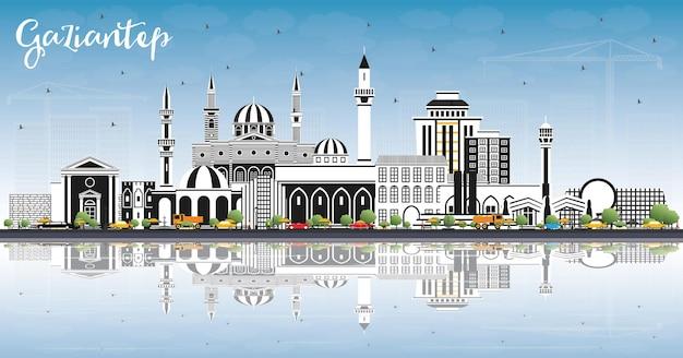 색상 건물, 푸른 하늘 및 반사와 gaziantep 터키 도시 스카이 라인. 벡터 일러스트 레이 션. 역사적인 건축과 비즈니스 여행 및 개념. 랜드마크가 있는 가지안테프 도시 풍경.