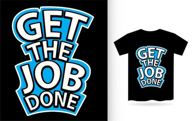 Tシャツのスローガンをレタリングして仕事をする