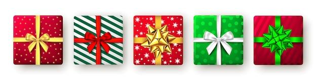 Подарочная коробка с зеленой, красной и золотой лентой и бантом, вид сверху, дизайн упаковки рождественской новогодней вечеринки