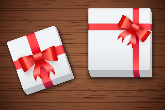 Подарочные коробки на коричневом деревянном столе.