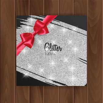 Обложка подарочной карты с серебряной сверкающей текстурой и красным бантом