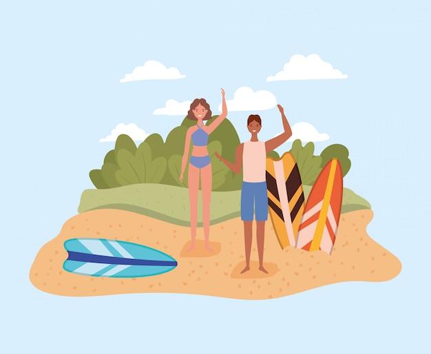 Девочка и мальчик с купальниками и досками для серфинга на пляже