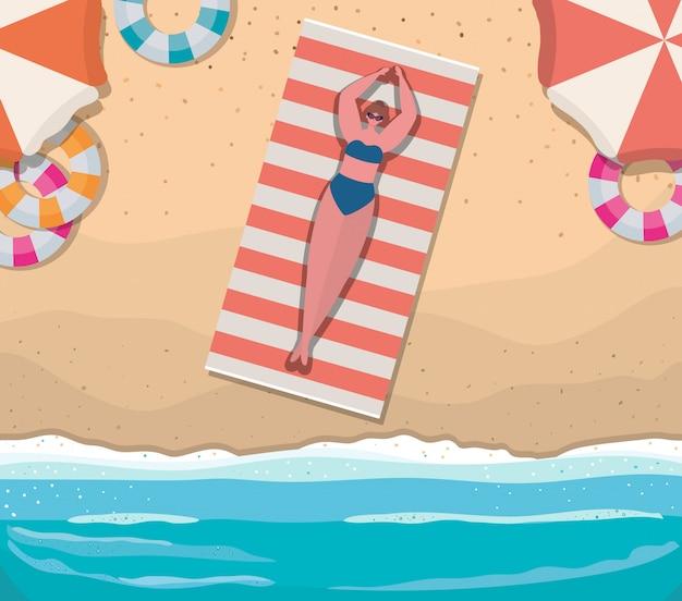 ビーチトップビューデザイン、夏休みでフロートとタオルの上の少女漫画