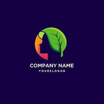 Лицо девушки с логотипом листьев в негативном пространстве