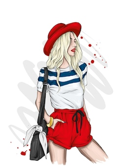 スタイリッシュな夏のtシャツのショートパンツと帽子の女の子