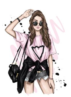 スタイリッシュなtシャツとショートパンツの女の子