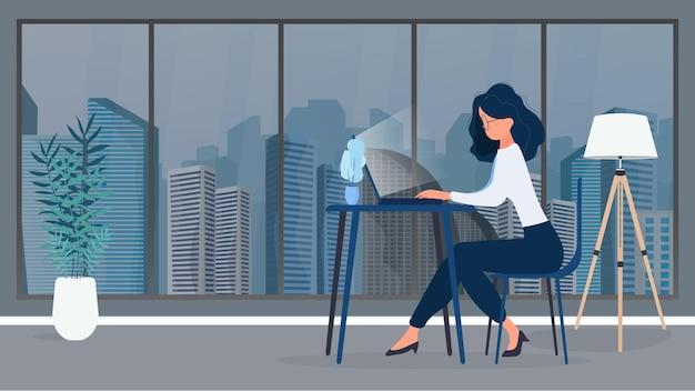 안경을 쓴 소녀는 사무실의 테이블에 앉아 있습니다. 소녀는 노트북에서 작동합니다. 일할 사람을 찾고 공석과 이력서를 보는 개념. 벡터.