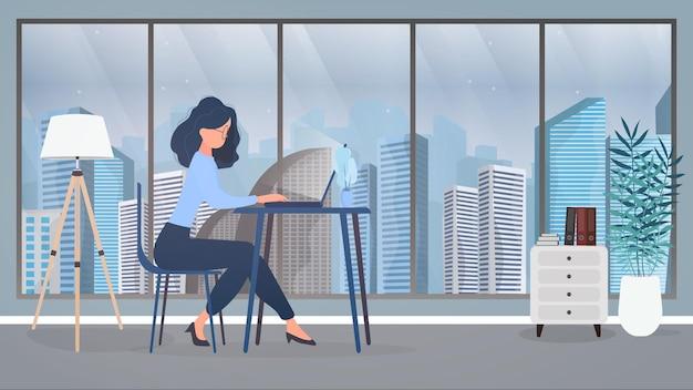 眼鏡をかけた女の子がオフィスのテーブルに座っています。女の子はラップトップで動作します。働く人を見つけ、欠員を表示し、履歴書を作成するという概念。 。
