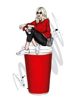 세련 된 옷과 커피의 큰 유리에 소녀