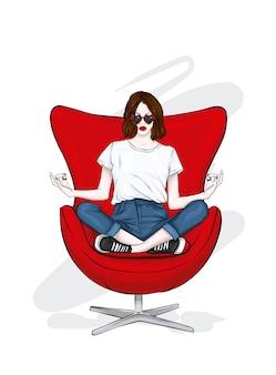 세련된 옷을 입은 소녀가 의자에 앉아있다.