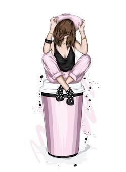 세련 된 옷을 입고 여자 커피 한 잔에 앉아