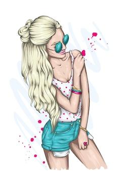 세련된 여름 옷을 입은 소녀