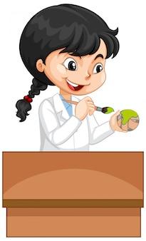 白いボールを塗る白いガウンの女の子