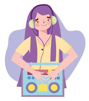 Девушка слушает музыку в наушниках, подключенных к стереосистеме boombox