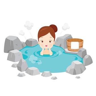Девушка расслабляется в ванне с горячим источником, японский онсэн
