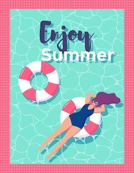 고무 링에 수영장에서 편안한 여자. 여름을 즐기십시오