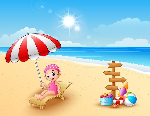 Девушка, расслабляющий на пляже стул