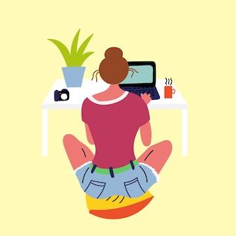 ノートパソコンを見て座っている枕を休んでいる女の子