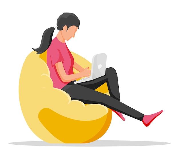 콩 가방의 자에 앉아 소녀입니다. 여자는 노트북에서 작동합니다. 캐주얼한 여성 캐릭터가 노트북에서 소셜 미디어를 검색하고 있습니다. 프리랜서는 컴퓨터에서 작동합니다. 만화 평면 벡터 일러스트 레이 션