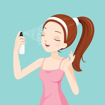 Девушка распыляет минеральную воду на ее лицо