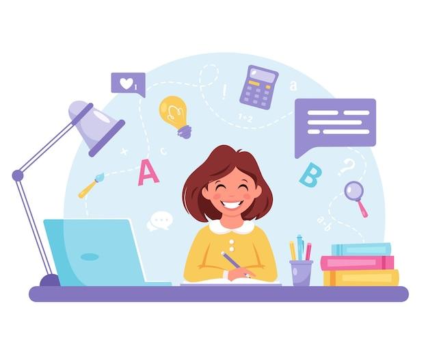 学校に戻ってコンピュータオンライン学習で勉強している女の子