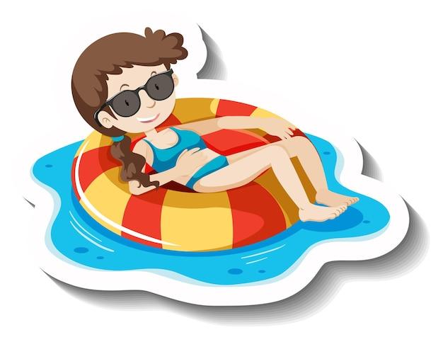 Una ragazza con gli occhiali da sole sdraiata sull'anello di nuoto