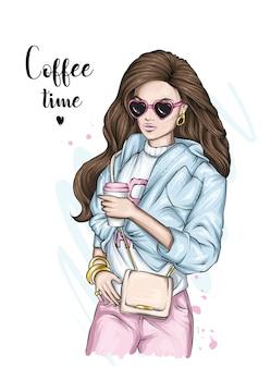一杯のコーヒーを持つ少女