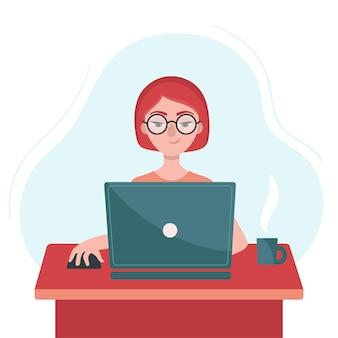 ノートパソコンを持っている女の子がテーブルに座っています。フリーランスの概念、自宅での仕事。家にいる。