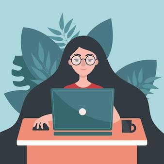 Девушка с ноутбуком сидит за столом. концепция фрилансера, работа на дому. оставайся дома.