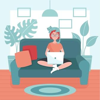 ノートパソコンを持った女の子がソファに座っています。フリーランスの概念、自宅での仕事。家にいる。