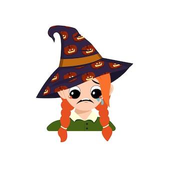 큰 눈과 우울한 감정을 가진 소녀는 호박이 달린 뾰족한 마녀 모자를 쓰고 눈물을 흘립니다...