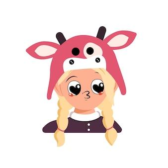 Девушка со светлыми волосами, большими сердечными глазами и поцелуем в губы в коровьей шляпе. голова милого ребенка с радостным лицом в карнавальном костюме на праздник, рождество или новый год