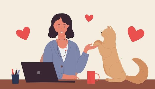 ノートパソコンと足で猫を保持している子猫と一緒に座っている猫の若い女性ペットの飼い主と女の子