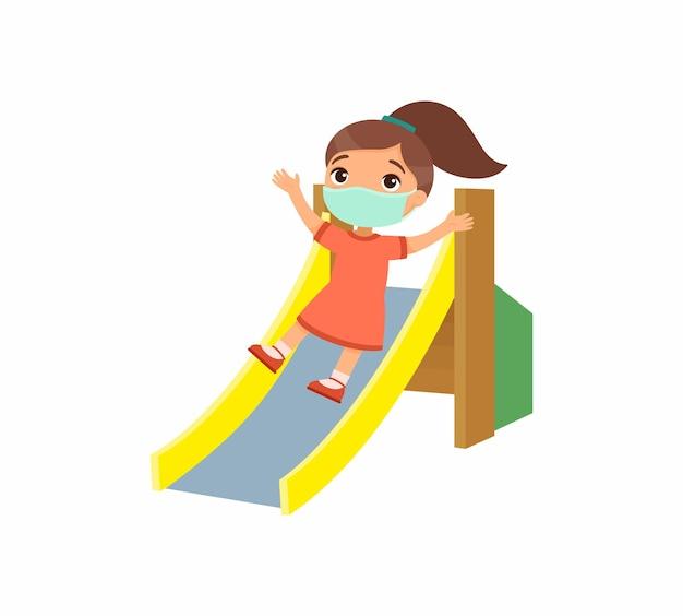 Девушка с маской для лица играет на детской площадке