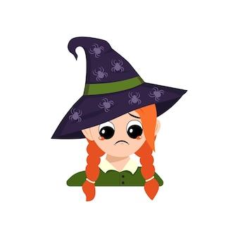 赤い髪と悲しい感情を持つ少女は、かわいい子供の先のとがった魔女の帽子の頭に顔を下に向けて落ち込んでいます...