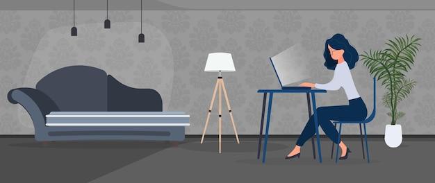 소녀는 세련된 사무실의 노트북에서 일합니다. 서재, 컴퓨터, 소파, 옷장, 책이 있는 책장, 벽에 걸린 그림. 집에서 일하세요. 벡터.
