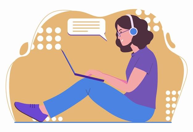 소녀는 노트북으로 작동합니다. 프리랜서 여성이 음악을 듣고 있습니다. 원격 근무, 프리랜서.